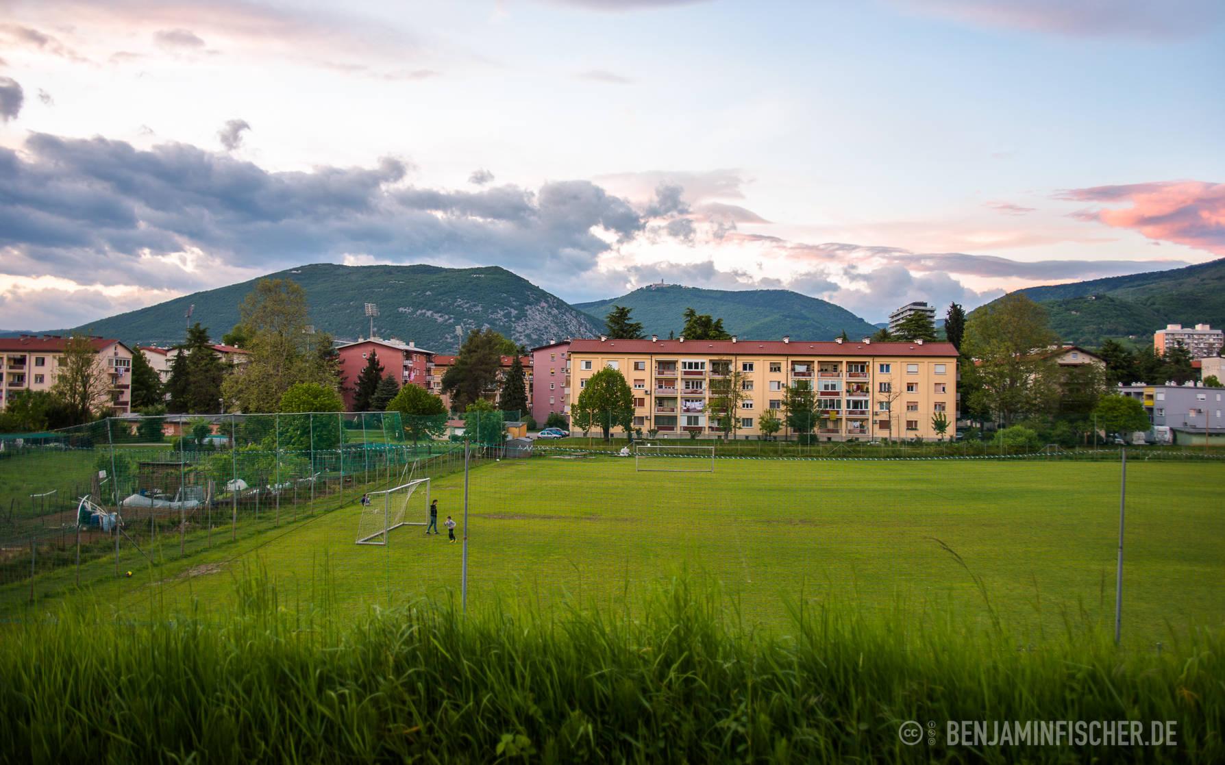 Vater und Sohn spielen Fußball in Nova Gorica, Slowenien
