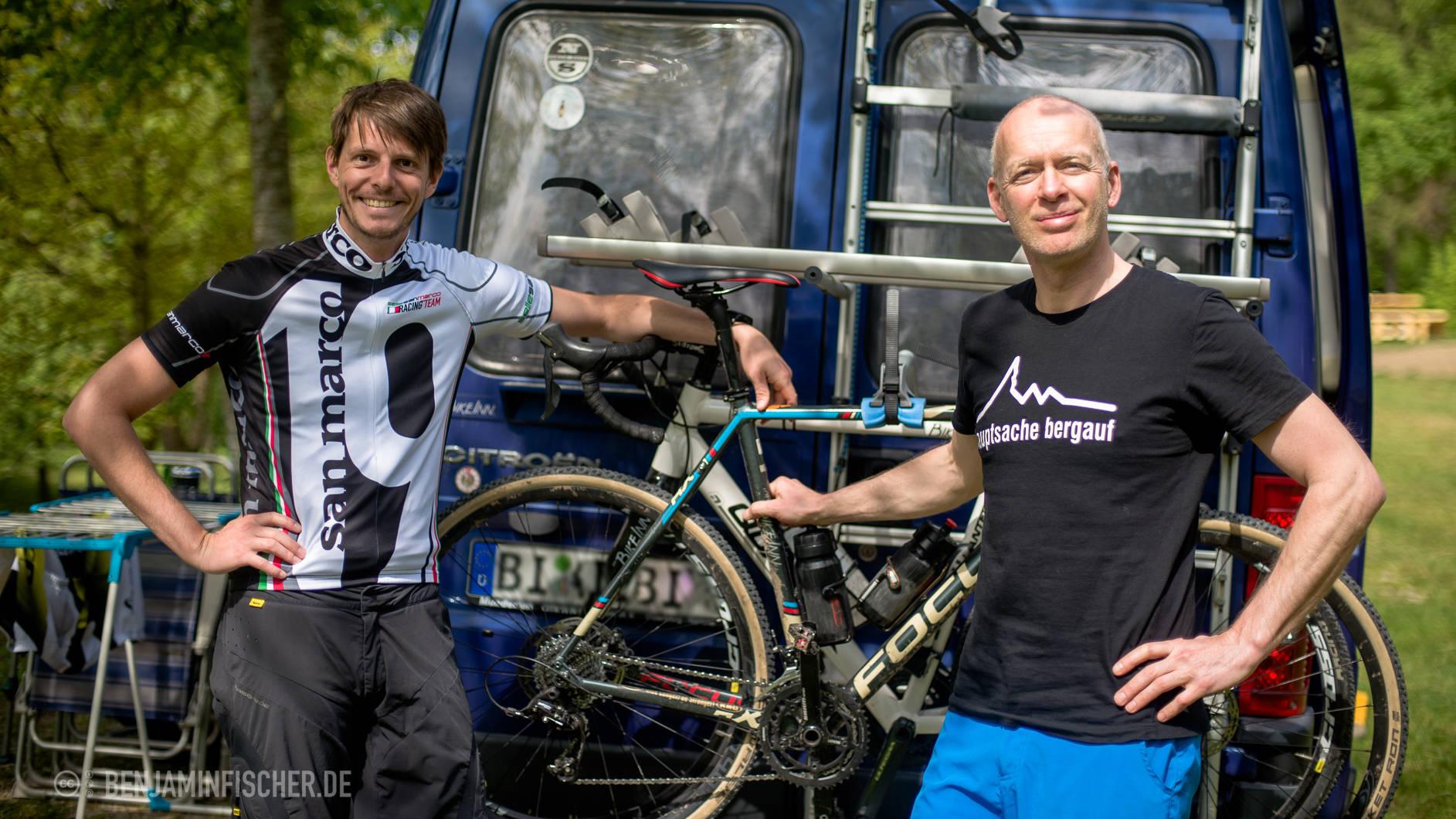 Christian (links) und Torsten mit Cross-Rädern und ihrem Campingbus. Die Bielefelder haben auch Mountenbikes dabei.