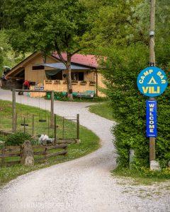 """Der Eingang zu """"Camp Vili""""."""