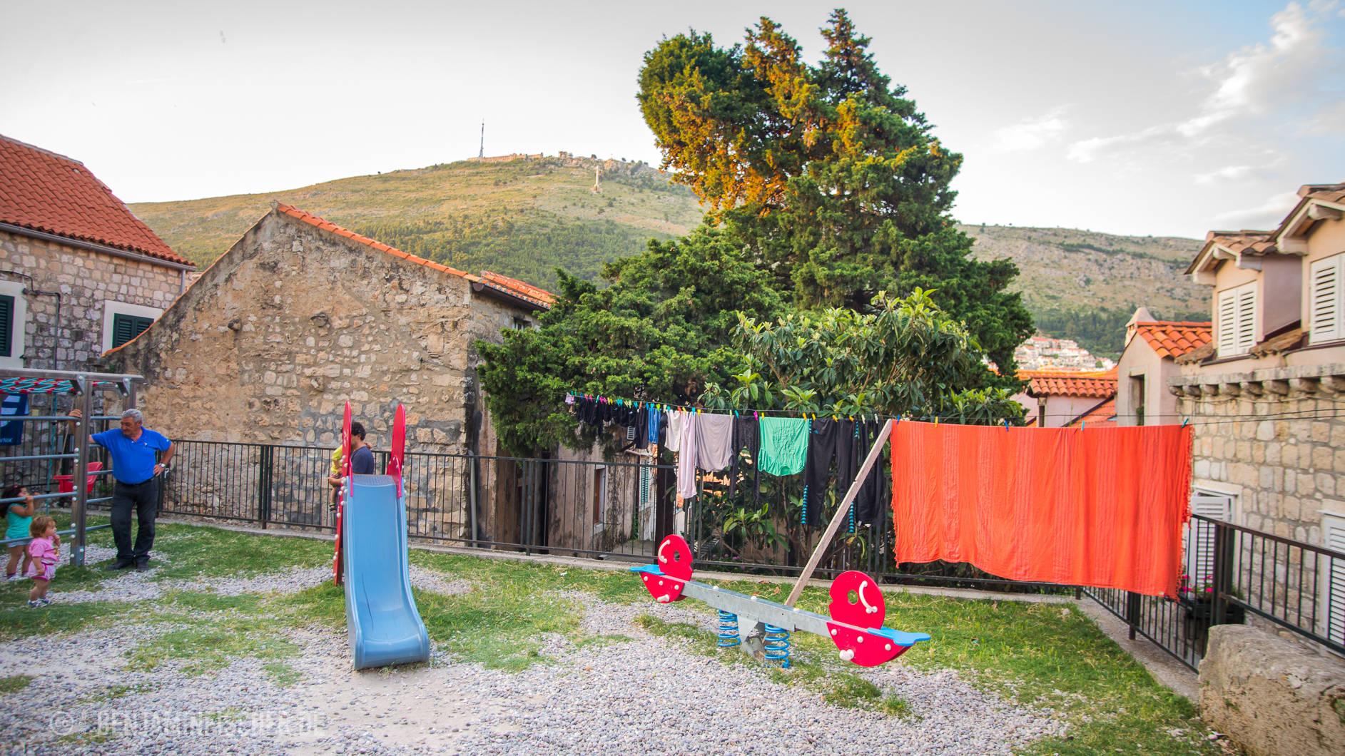Auch auf dem Spielpatz hängt Wäsche