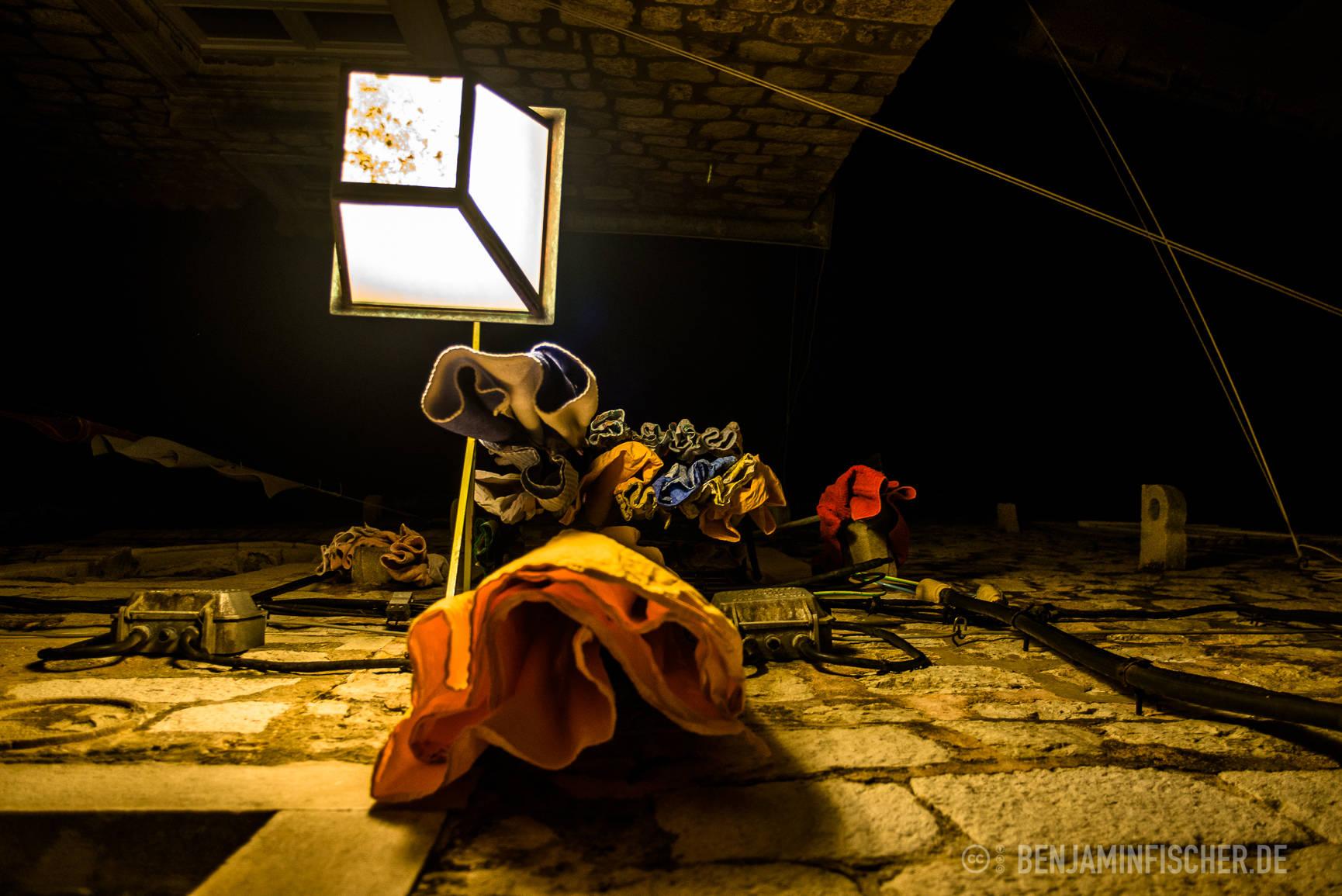 An vielen Häusern hängen Kleider zum Trocknen