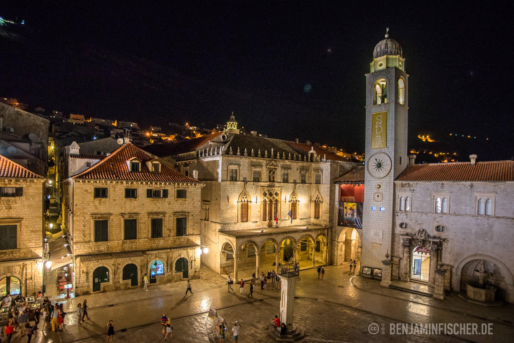 Der Hauptplatz von Dubrovnik bei Nacht.