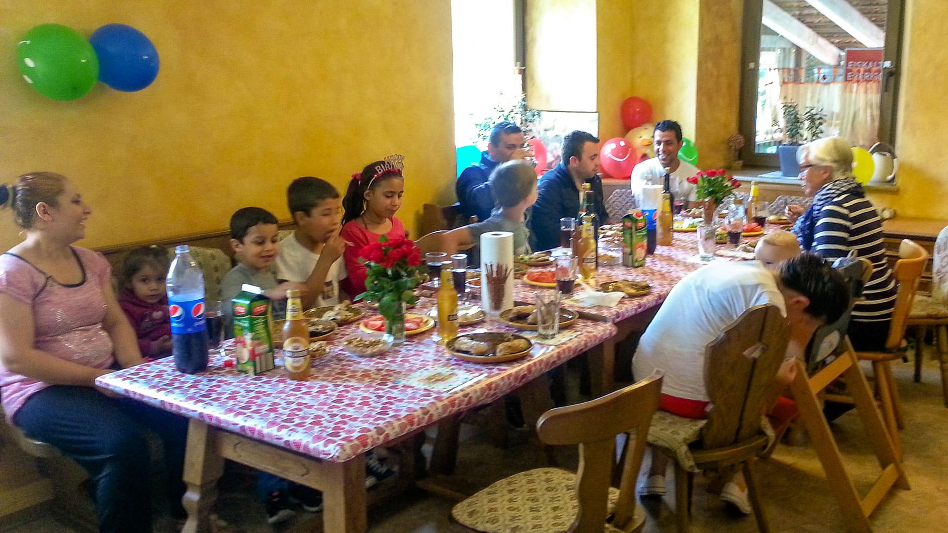 Familie Muhaxhiri feiert Geburtstag