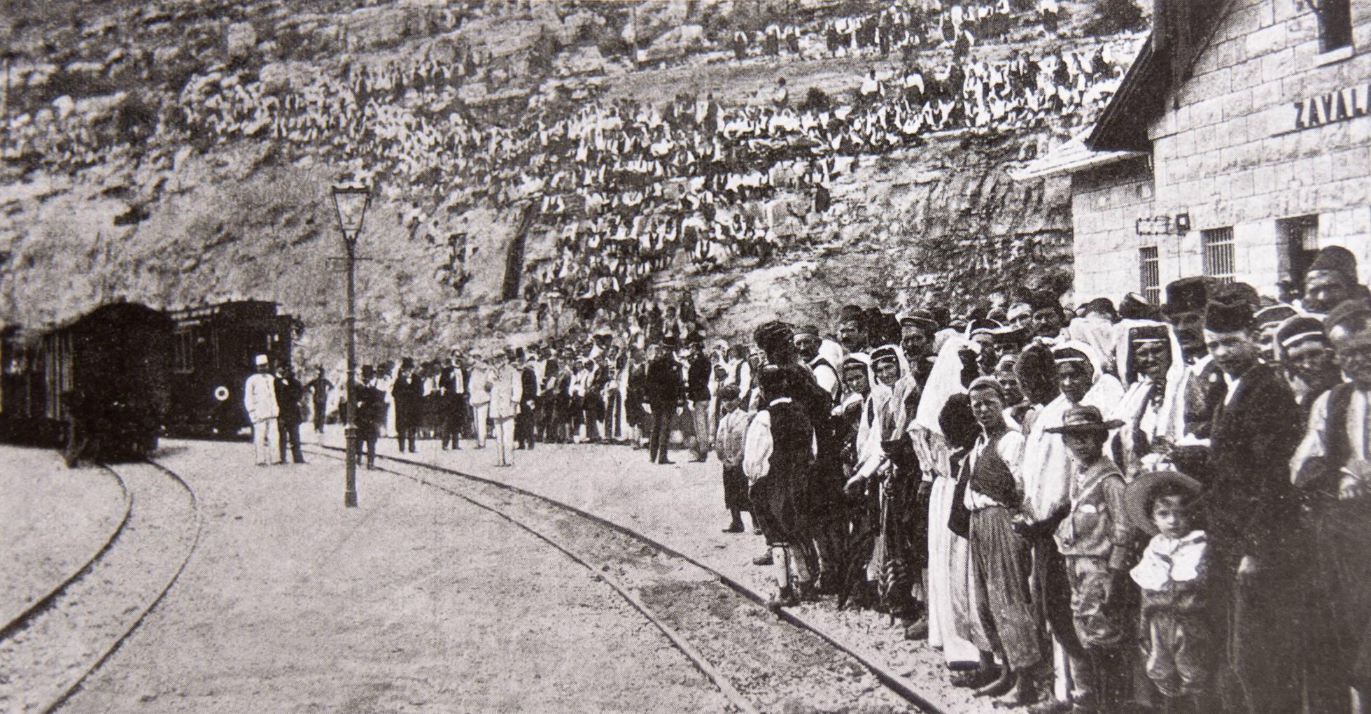 """1901 erwarteten die Menschen die erste Ankunft des Zuges. [Alle historischen Aufnahmen stammen aus dem Buch """"Pruge koje su život značile"""" von Stanislava Vukorepa.]"""