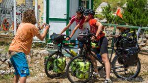 Radfahrer machen Halt bei Marko Bradvica