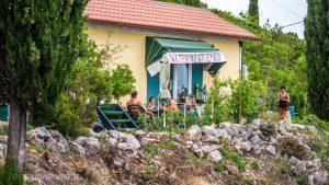 Vor Bradvicas Haus sitzt man zusammen