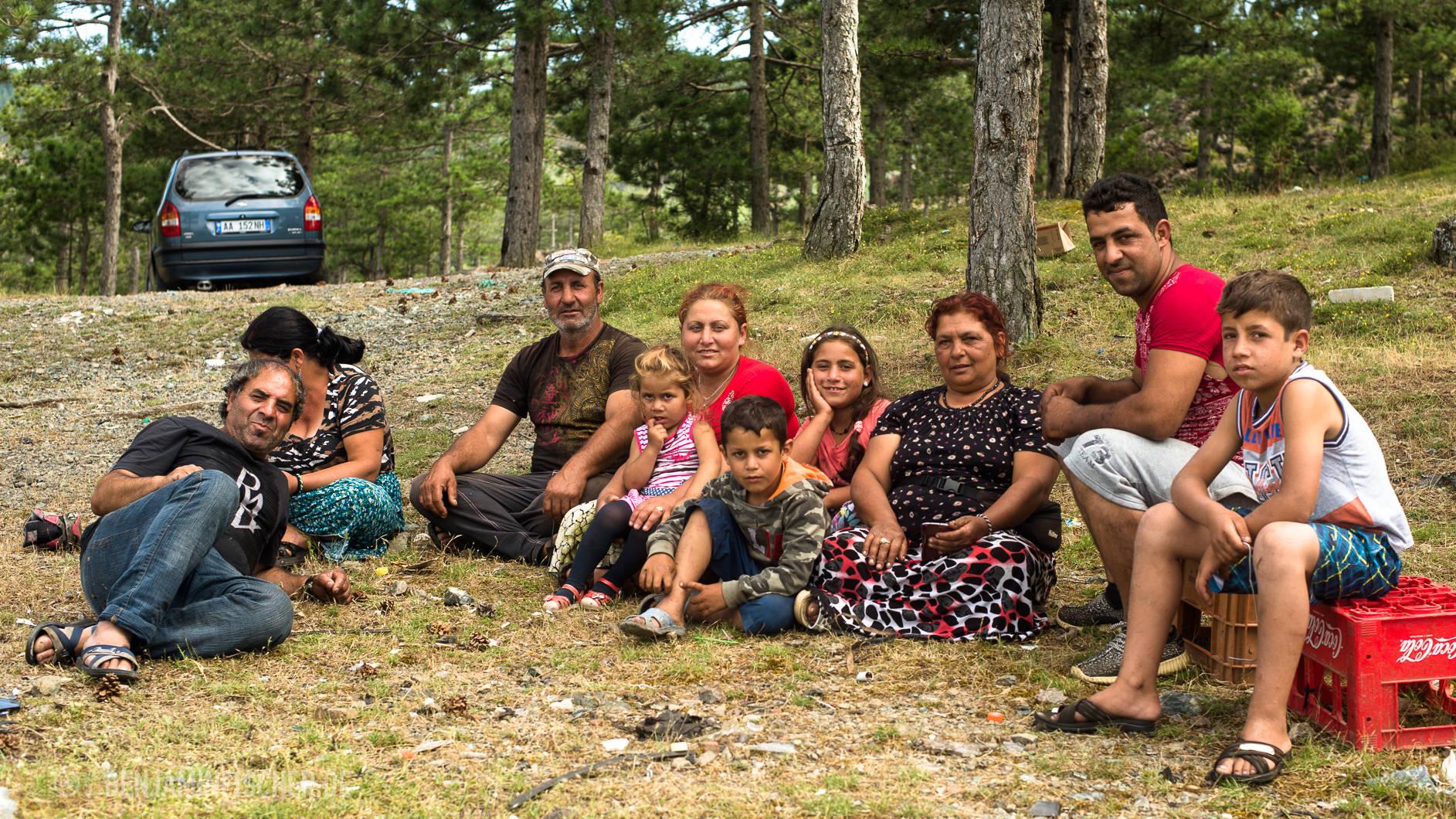 Die Familie Muhaxhiri. Großvater (v.l.), Tante und Onkel. Dann folgt die Kernfamilie mit Mira (3), Mutter Lida (26), Blero (7), Esmiralda (9), Großmutter, Vater Erijon (27) und Dominik (10).