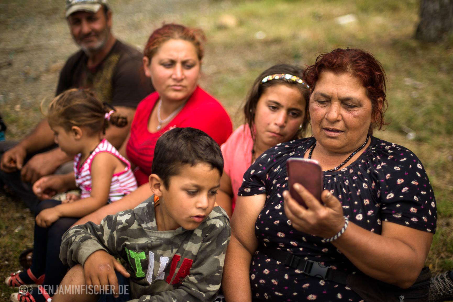 Großmutter Muhaxhiri unterhält sich per Handy mit ihrem anderen Sohn, der mithilfe eines Asylantrags noch immer in Deutschland ist.
