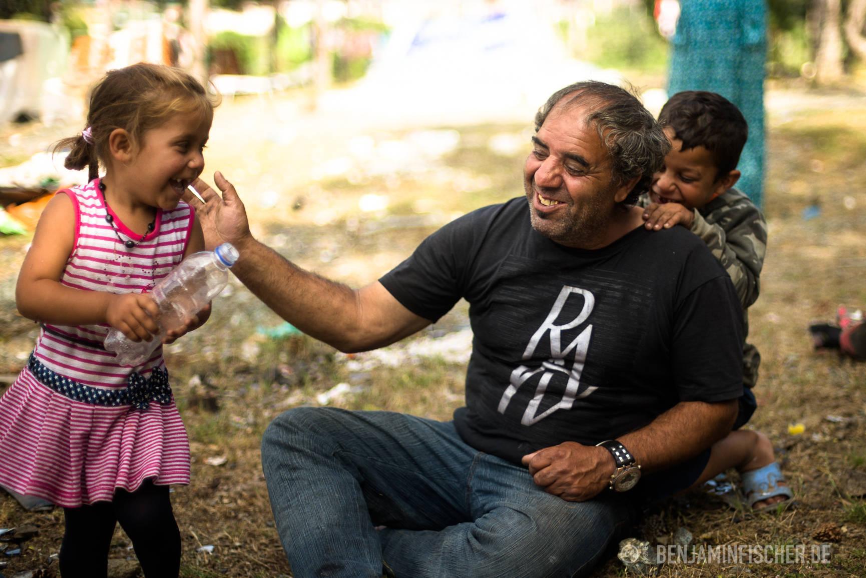 Mira (3) tollt mit ihrem Großvater und Bruder Blero herum.