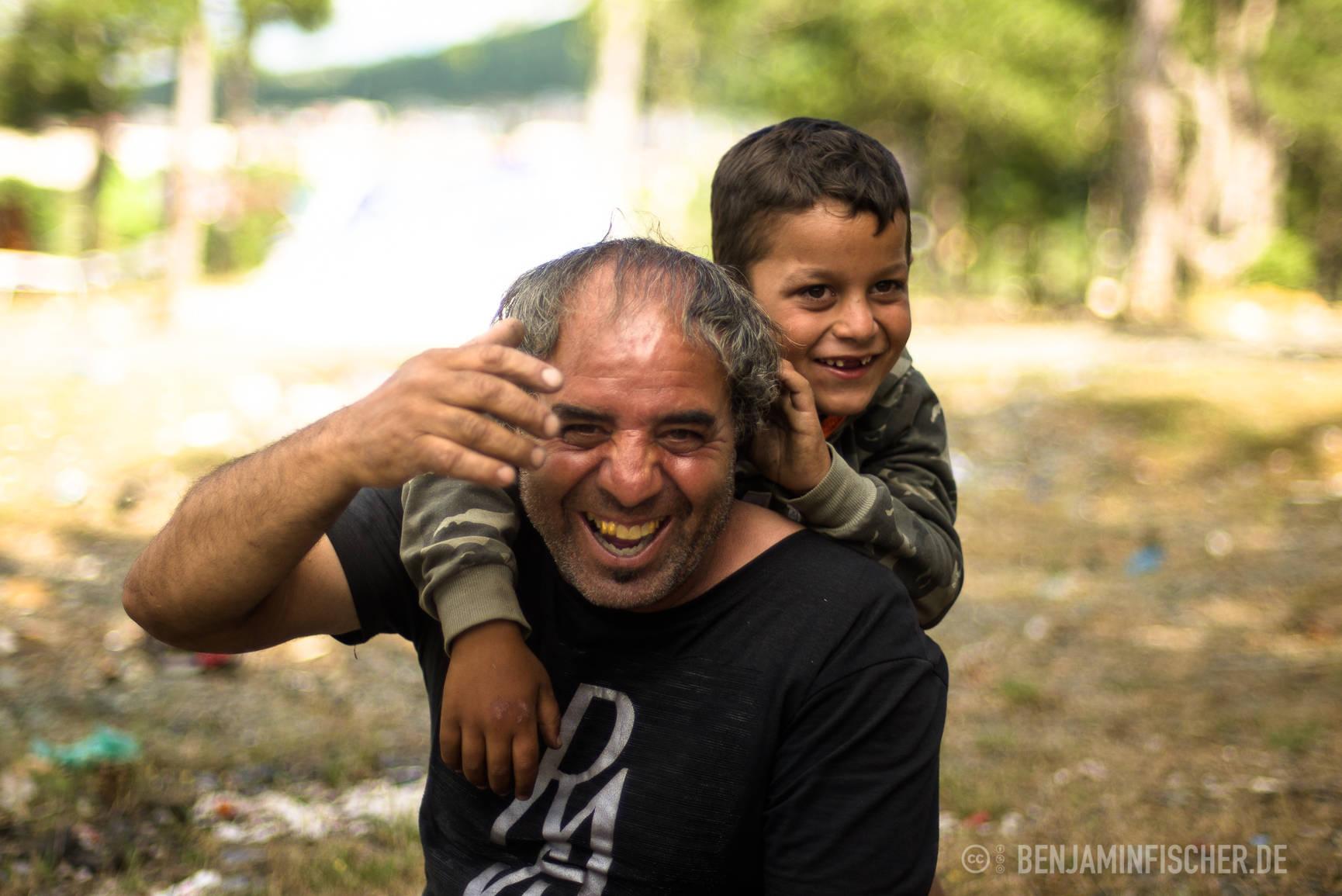 Der siebenjährige Blero spielt mit seinem Großvater.