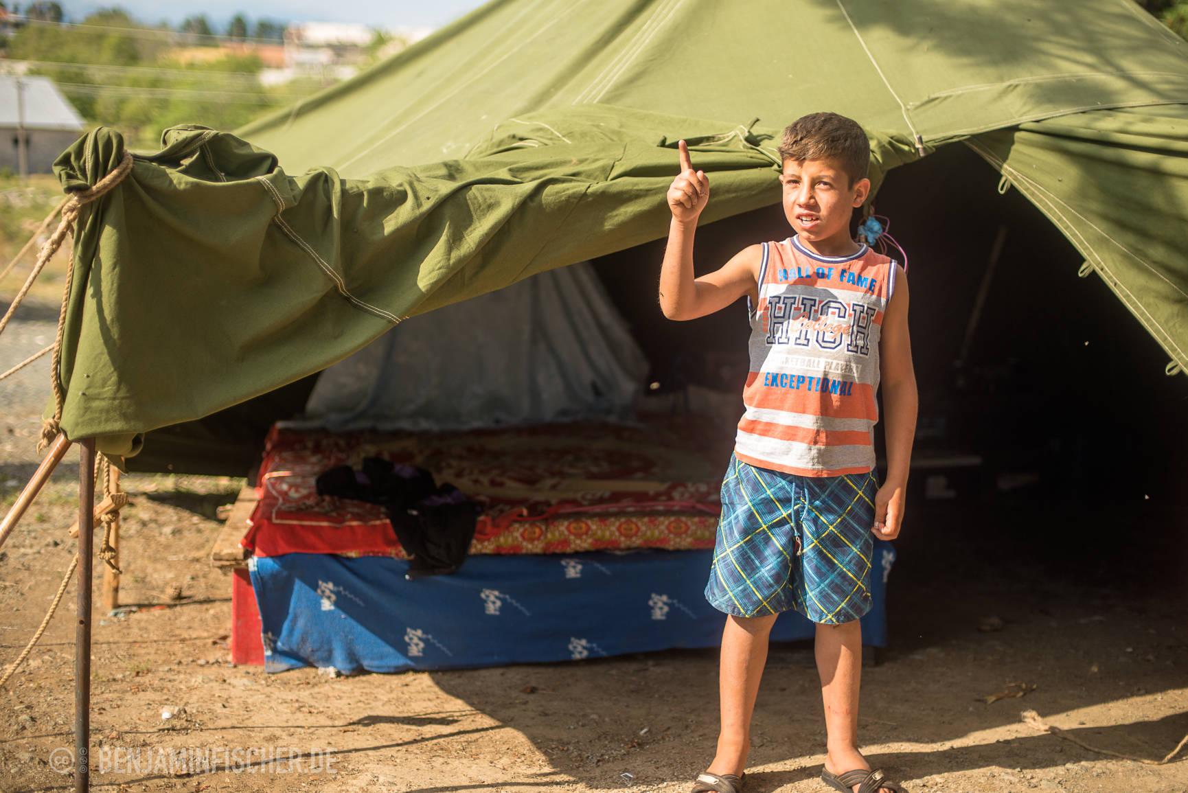 Dominik zeigt das Bett, auf dem er derzeit mit vier weiteren Familienmitgliedern schläft.