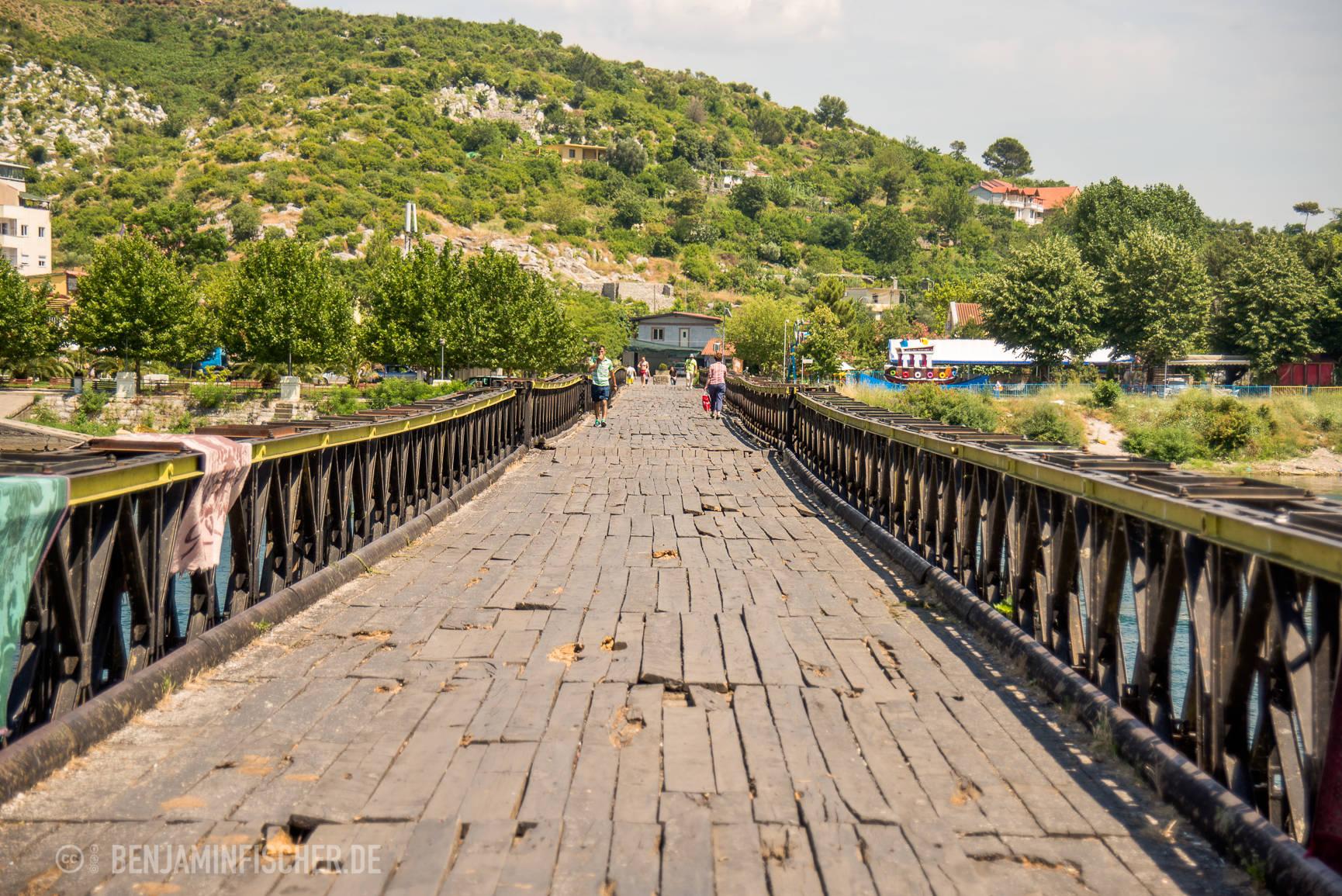 Die Brücke verbindet in Shkodër das alte Roma-Viertel mit seinen Steinbauten und die etwas neuere Zeltstadt.