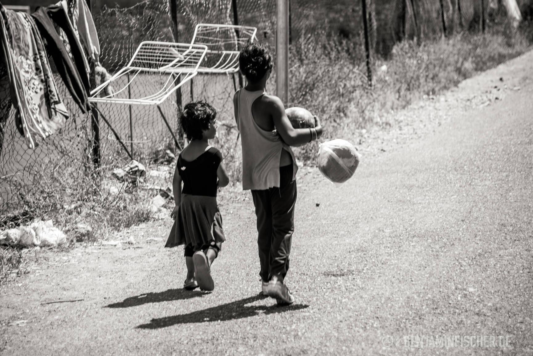 Kinder am Roma-Viertel beim Meloneneinkauf.