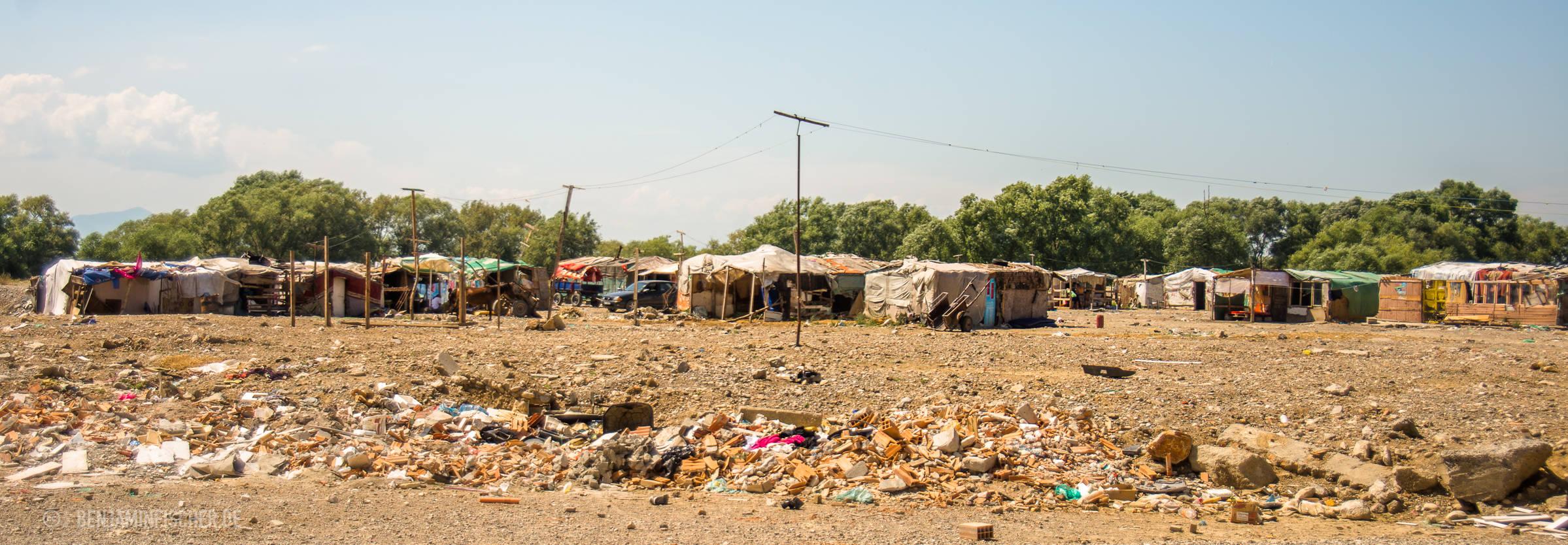 Die meisten Behausungen im Slum sind aus Stangen und Zeltplanen errichtet.