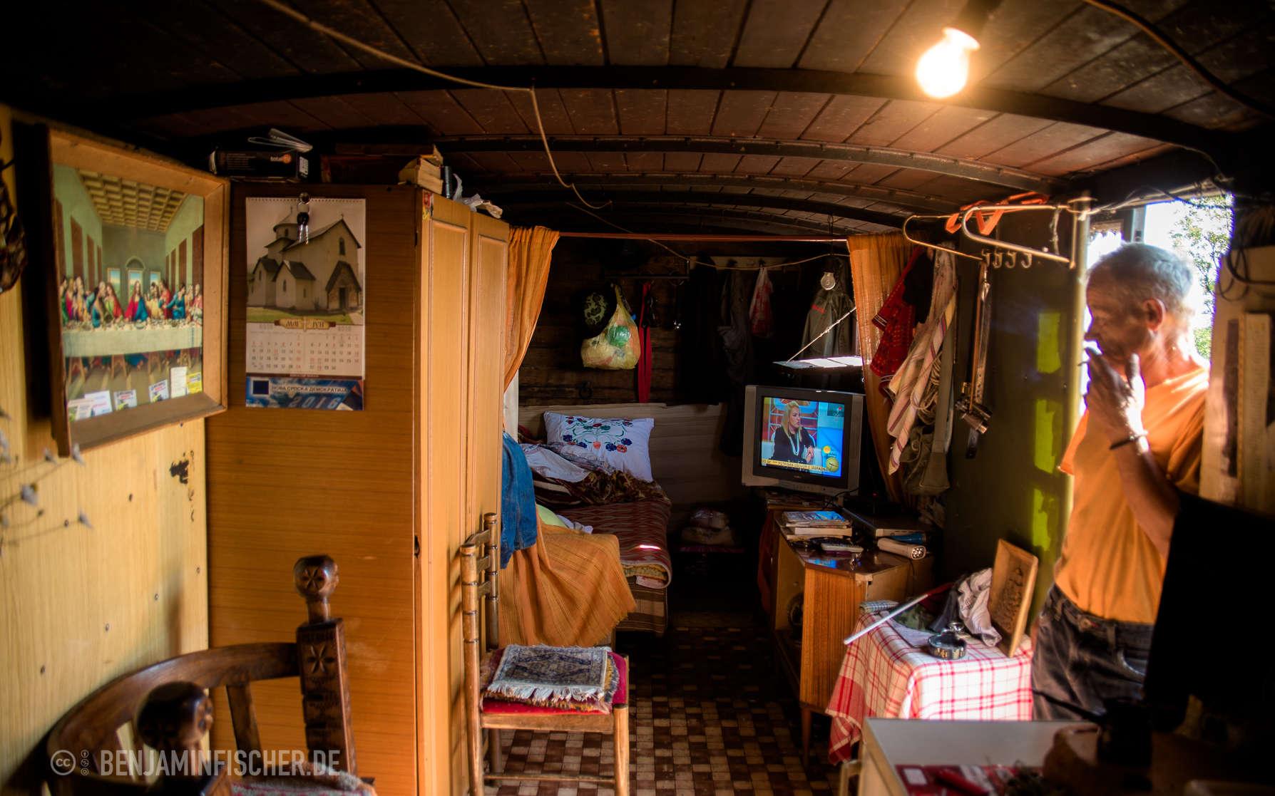 Dragiša zeigt uns stolz sein Zuhause in einem Waggon von Ćiro